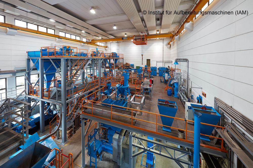 Blick in das Technikum des Institutes für Aufbereitungsmaschinen (IAM)