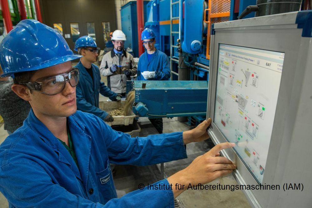 Studentisches Praktikum an der Walzen-Kompaktieranlage im Technikum des Instituts für Aufbereitungsmaschinen (IAM)