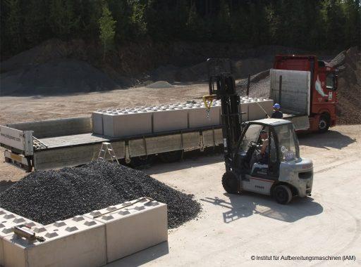 Abladung der Betonblöcke in der Pilotanlage des Instituts für Aufbereitungsmaschinen (IAM) der TU Bergakademie Freiberg Aufbereitungstechnik Maschinenbau Umweltengineering