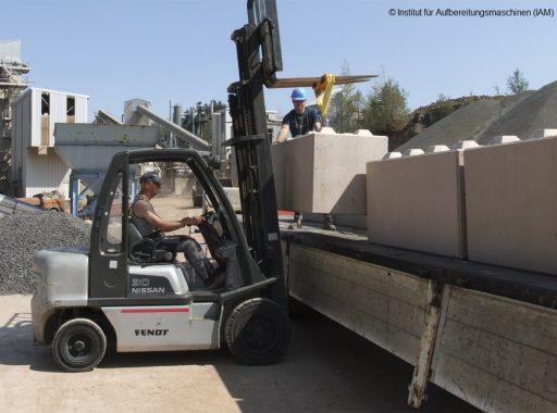 Anheben der Betonblöcke mit dem Gabelstapler in der Pilotanlage des Instituts für Aufbereitungsmaschinen (IAM) der TU Bergakademie Freiberg Aufbereitungstechnik Maschinenbau Umweltengineering