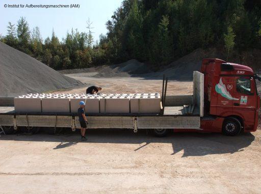 Anlieferung der Betonblöcke in der Pilotanlage des Instituts für Aufbereitungsmaschinen (IAM) der TU Bergakademie Freiberg Aufbereitungstechnik Maschinenbau Umweltengineering