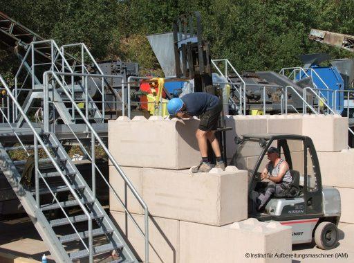 Bau der Schüttgutboxen in der Pilotanlage des Instituts für Aufbereitungsmaschinen (IAM) der TU Bergakademie Freiberg mit Hilfe des Gabelstaplers Aufbereitungstechnik AFK-Projekt