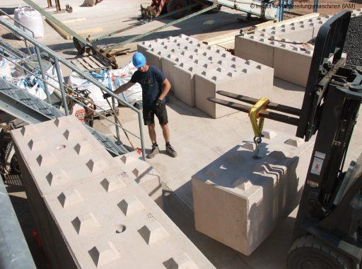 Anhebung der Betonblöcke durch den Gabelstapler zum Bau der Schüttgutboxen in der Pilotanlage des Instituts für Aufbereitungsmaschinen (IAM) der TU Bergakademie Freiberg Aufbereitungstechnik AFK-Projekt