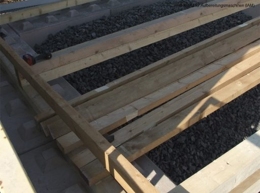 Bau des Holzdaches für die Schüttgutboxen in der Pilotanlage des Instituts für Aufbereitungsmaschinen (IAM) der TU Bergakademie Freiberg Aufbereitungstechnik AFK-Projekt