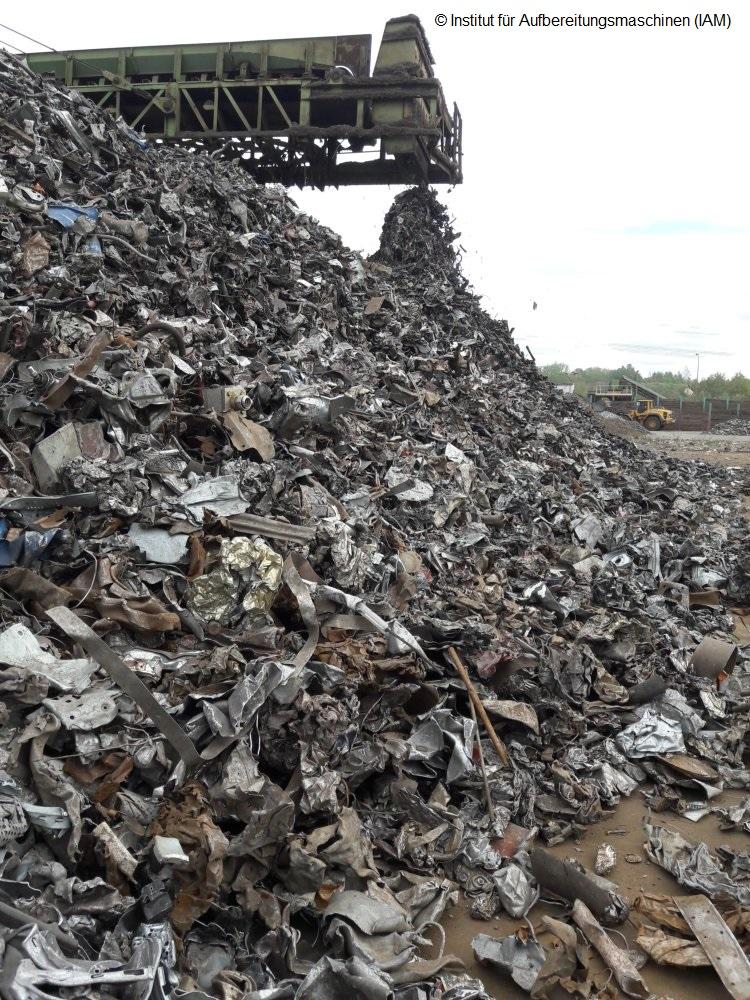 Mischfraktion im Schredder: Automobil-Recycling Umweltengineering Maschinenbau Institut für Aufbereitungsmaschinen (IAM) TU Bergakademie Freiberg Prof. Holger Lieberwirth
