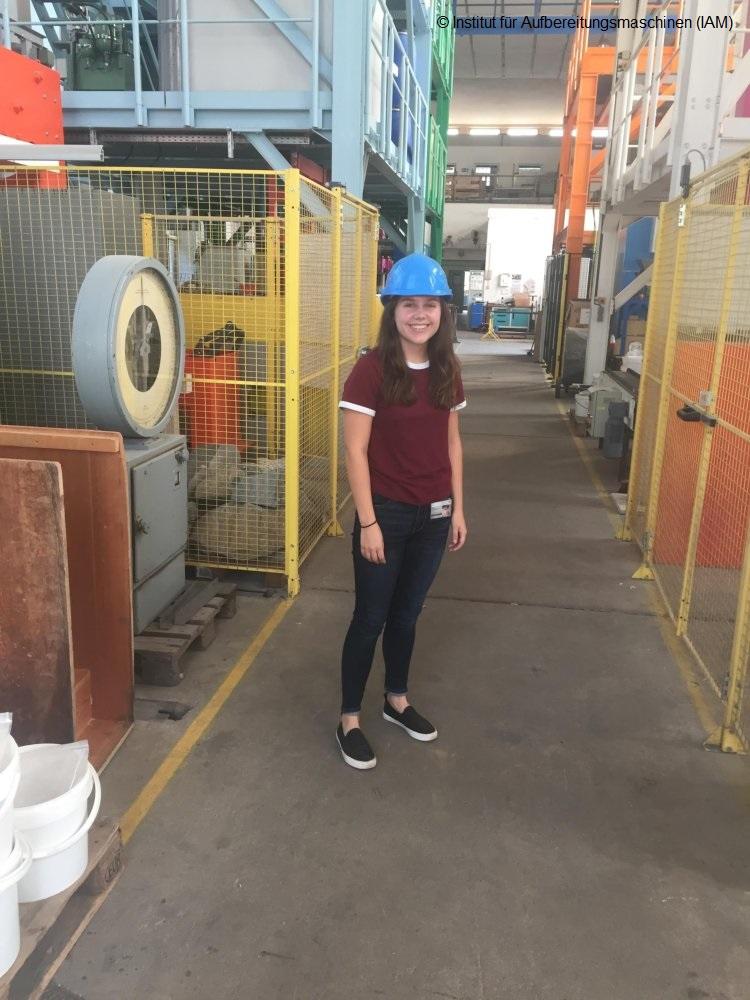 Sarah von der Ohio State University im Technikum des Instituts für Aufbereitungsmaschinen (IAM) der TU Bergakademie Freiberg Aufbereitungstechnik Maschinenbau Studium Lieberwirth