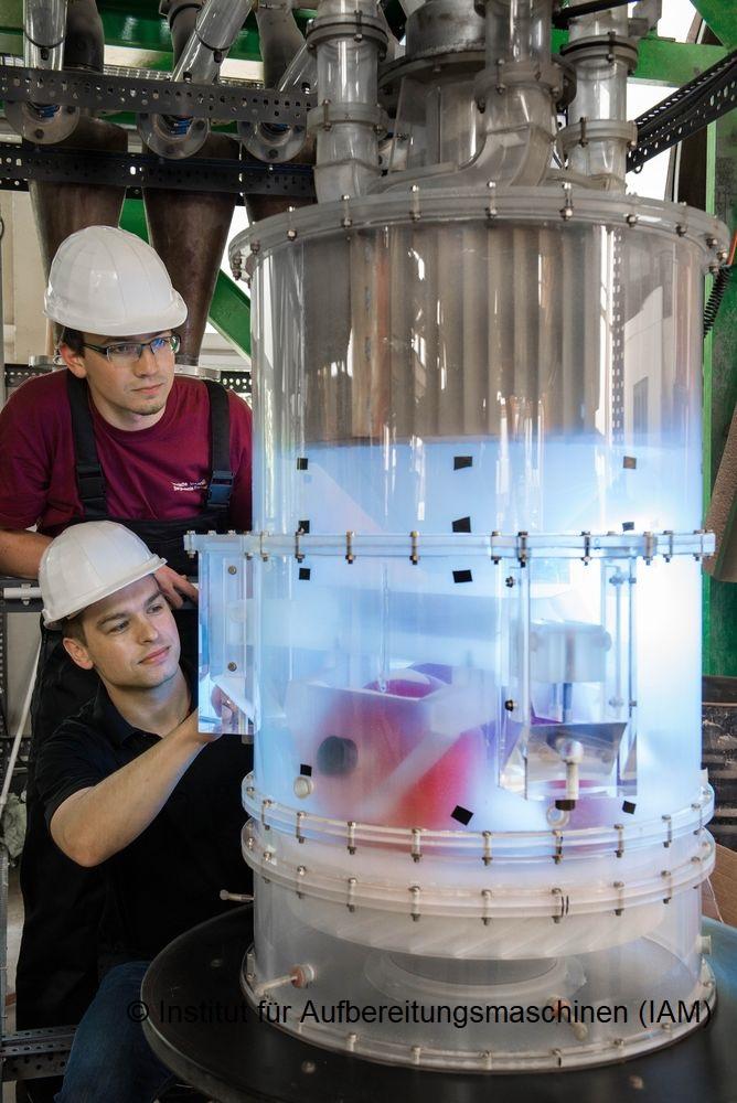 Studenten untersuchen das Strömungsprofil einer Modellwalzenmühle im Technikum des Instituts für Aufbereitungsmaschinen; Foto: Detlev Müller