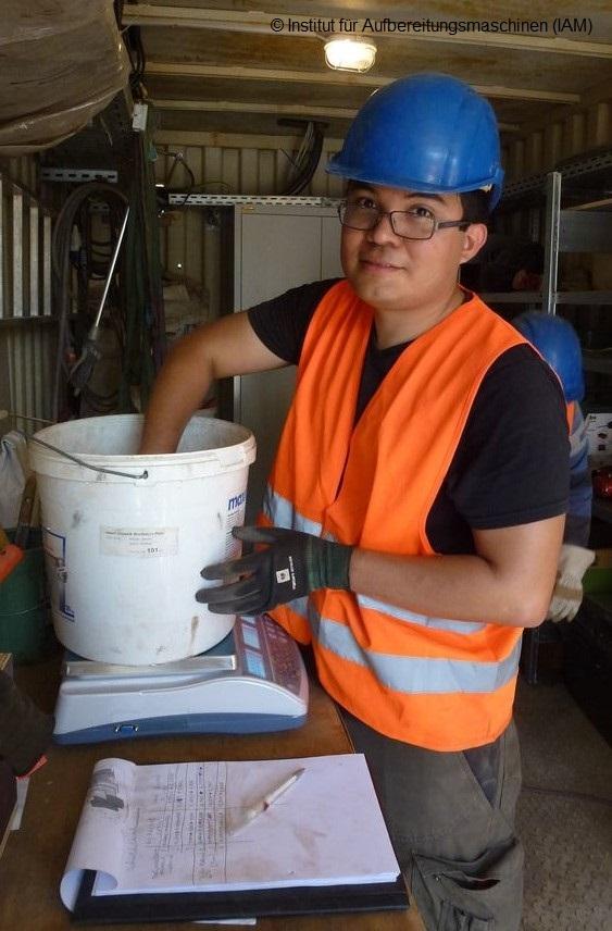 Gewichtsmessung der Erzproben in der Pilotanlage des Instituts für Aufbereitungsmaschinen (IAM) Aufbereitungstechnik Maschinenbau Umweltengineering Wirtschaftsingenieurwesen
