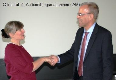 Prof. Holger Lieberwirth gratuliert Sabine Schreiber zur erfolgreich abgeschlossenen Promotion am Institut für Aufbereitungsmaschinen (IAM) der TU Bergakademie Freiberg Maschinenbau Umweltengineering Wirtschaftsingenieurwesen