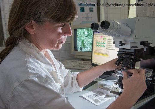 Sabine Schreiber beim Einrichten des Mikroskops für die quantitative Mikrostrukturanalyse (QMA) am Institut für Aufbereitungsmaschinen (IAM) TU Bergakademie Freiberg