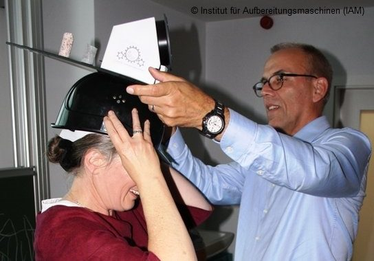 Sabine Schreiber bekommt ihren Doktorhut von Prof. Lieberwirth aufgesetzt am Institut für Aufbereitungsmaschinen (IAM) TU Bergakademie Freiberg