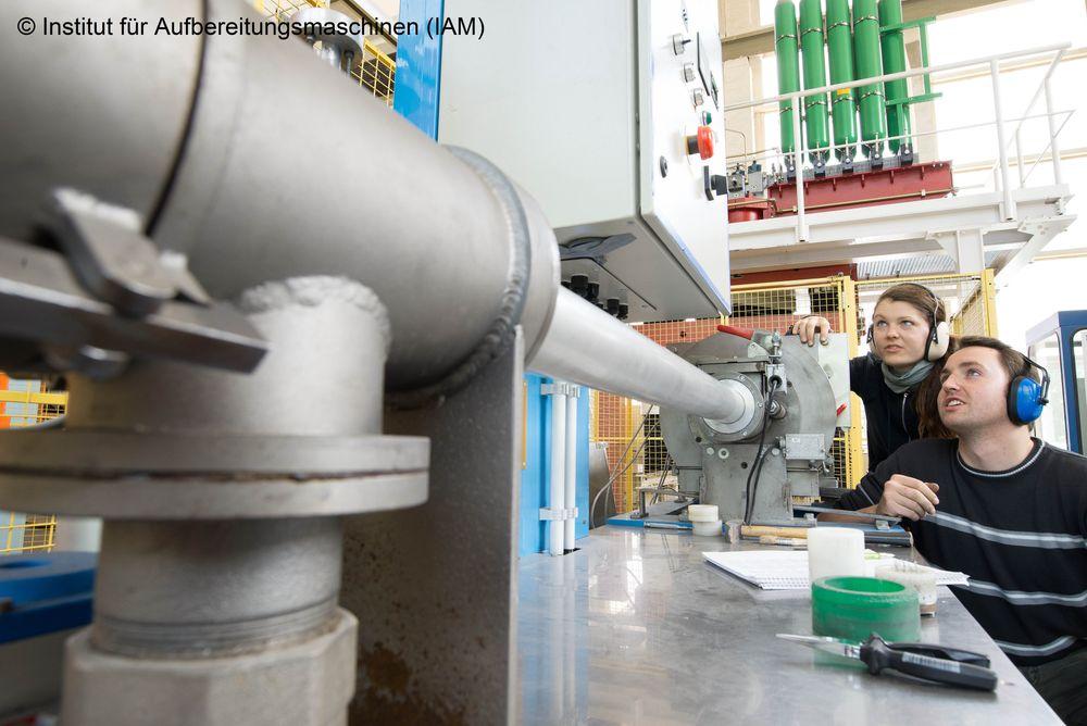 Studenten untersuchen Gesteinszerkleinerung an pneumatischer Schussapparatur im Technikum des Instituts für Aufbereitungsmaschinen (IAM) TU Bergakademie Freiberg Aufbereitungstechnik Maschinenbau Umweltengineering Wirtschaftsingenieurwesen