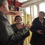 Teilnehmer des Kolloquiums diskutieren im Technikum des Instituts für Aufbereitungsmaschinen