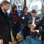 Erläuterungen an einer Gutbett-Walzenmühle durch Dr. Heinicke der Maschinenfabrik Köppern GmbH & Ko. KG im IAM-Technikum