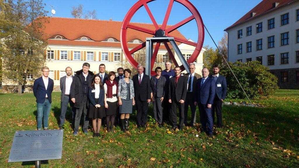 Gruppenfoto der Teilnehmer des Kolloquiums vor dem Denkmal der Seilscheibe Wismut