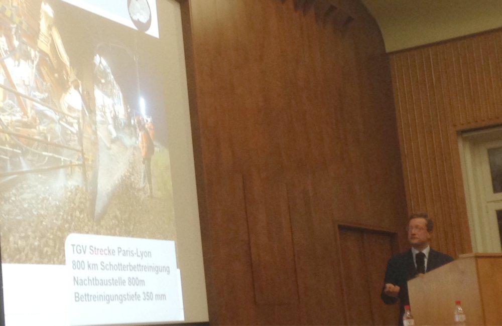 Das Bild zeigt Herrn Müler bei der Präsentation seine Vortrag auf der Tagung Aufbereitung und Recycling