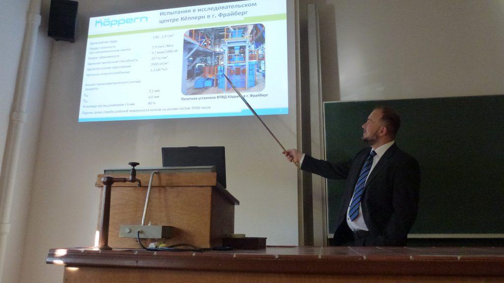 Präsentation zur ersten Anwendung von Gutbettwalzenmühlen zur Eisenerzaufbereitung in Russland durch Dr. Rosin der Firma Köppern Maschinenfabrik GmbH & Co. KG in einem Hörsaal der TU Bergkademie Freiberg