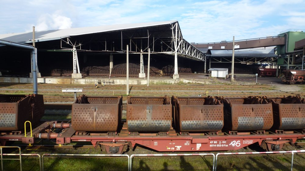 Zug mit Spezialbehältern der RWE Power AG Frechen für den Seetransport von UNION-Briketts nach Irland