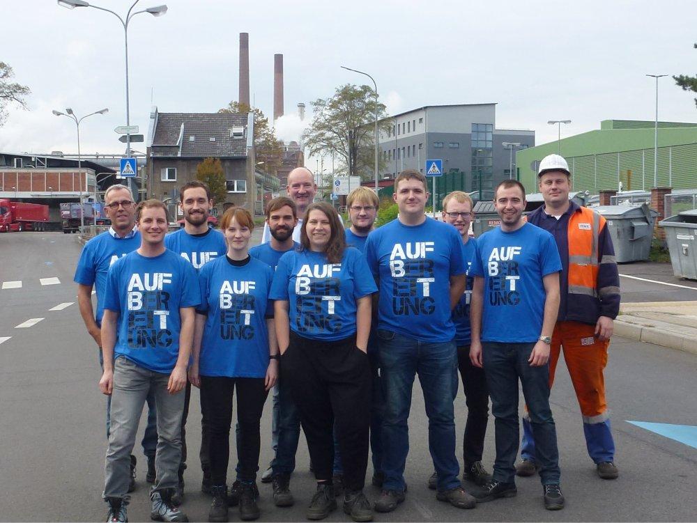 Gruppenfoto auf dem Betriebsgelände der RWE Power AG Frechen mit den Teilnehmern der Rheinland-Exkursion des Instituts für Aufbereitungsmaschinen