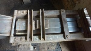 Endloser Strang hochwertig glänzender Braunkohlenbriketts der RWE Power AG Frechen