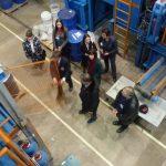 Luftbild der Kolloquiumsteilnehmer im Technikum des IAM