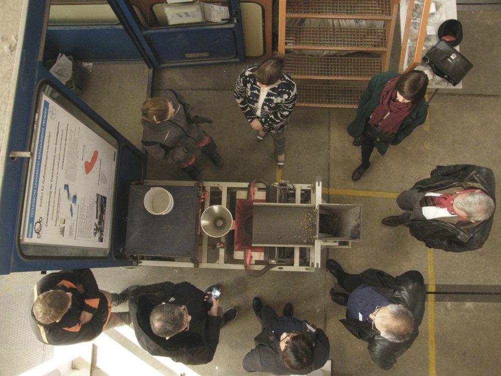 Das Bild zeigt Teilnehmer einer Gruppe von oben, um das CPA-Gerät gruppiert, die den AUsführungen von Frau Kühne lauschen