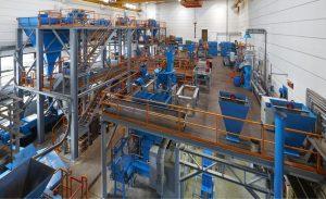 Blick in eine große Versuchshalle mit Walzenpressen in kleiner Industriegröße am Institut für Aufbereitungsmaschinen der TU Bergakademie Freiberg