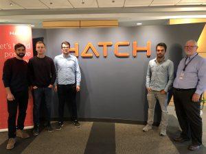 Vier Studenten der TU Bergakademie Freiberg bei Hatch Engineering