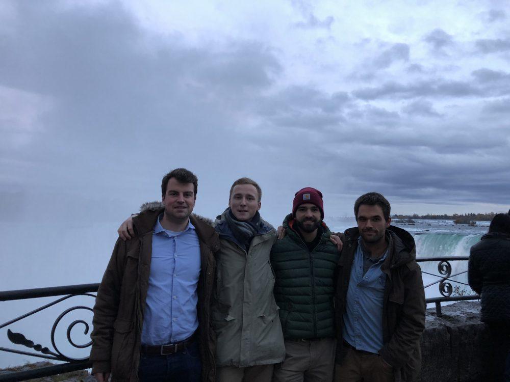 Da sBild zeigt vier Studenten der TU Bergakademie Freiberg an den Niagara Fällen