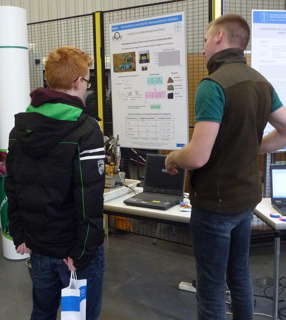 ein Assistent vom IAM erläutert einem jungen Mann die Funktion eines PLT-Gerätes