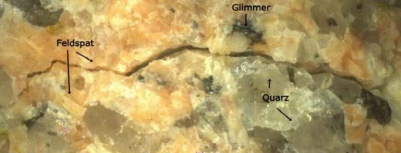 Selektiver Aufschluss von Granit entlang von Korngrenzen durch einen Hochspannungs-Elektroimpuls