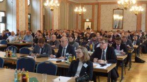 Das Bild zeigt Teilnehmer des Aufbereitungssymposiums im Städtischen Festsaal Freiberg