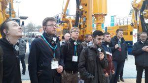 Studenten der TU Bergakademie Freiberg beim Rundgang mit Dipl.-Ing. Martin Lanzl auf dem Stand der Bauer Maschinen GmbH