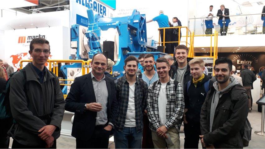 Dr.-Ing. Piotr Szczelina der Thyssenkrupp Industrial Solutions AG präsentiert den Studenten der TU Bergakademie Freiberg den neuen Exzenterwalzenbrecher (Eccentric Roll Crusher) ERC25-25 auf der Messe Bauma 2019 in München