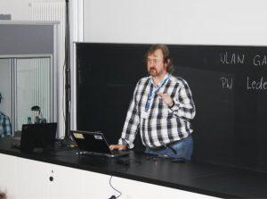 Dr. Paul Cleary spricht vor den Teilnehmern des Fachkolloquiums