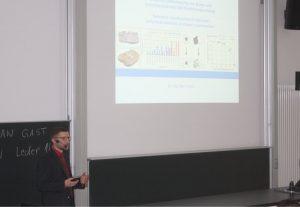 Dr. Max Hesse spricht während seiner Präsentation vor den Teilnehmern des Fachkolloquiums