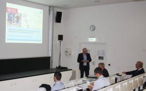 Prof. Arno Kwade spricht während seiner Präsentation vor den Teilnehmern des Fachkolloquiums