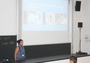 Frau Margarita Mezzetti spricht während ihrer Präsentation vor den Teilnehmern des Fachkolloquiums