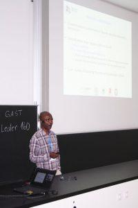 Prof. Aubrey Mainza spricht während seines Vortrages vor den Teilnehmern des Fachkolloquiums