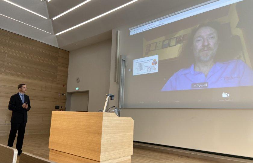 Michale Klichowicz im neuen Hörsaalgebäude der TU Bergakademie Freiebrg stellt sich den Fragen von Prof. Malcolm Powell, der online zugeschaltet ist.