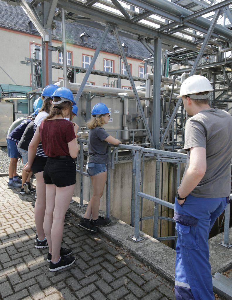 Die Schülerinnen und Schüler bei der Besichtigung der technischen Anlagen