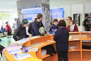 Infostand beim Internationalen Tag 2015 in der Neuen Mensa, Beratung von Studenten