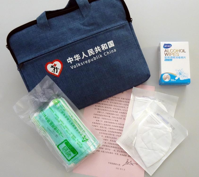 Eine Laptop-Tasche, eine Packung medizinische Mund-Nase-Bedeckungen, zwei FFP-2-Masken, Reinigungsmittel