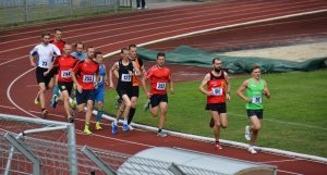 Die Teilnehmer über die 5.000 m laufen in einem engen Feld auf der Tartanbahn